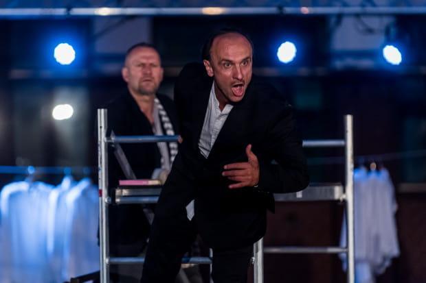 W rolę zaszczutego bankiera Józefa K. wciela się Marek Kościółek, który musi sprostać niełatwemu zadaniu udźwignięcia całego spektaklu.