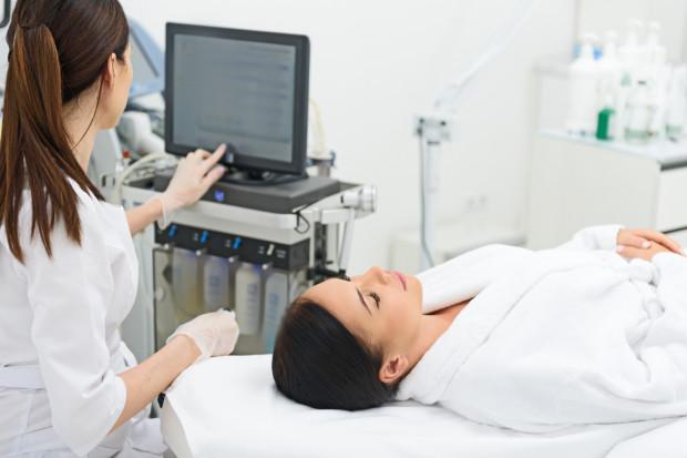 Nowoczesny sprzęt wykorzystywany w kosmetyce to obecnie kluczowy element gwarantujący skuteczność i bezpieczeństwo realizowanych zabiegów pielęgnacyjnych.