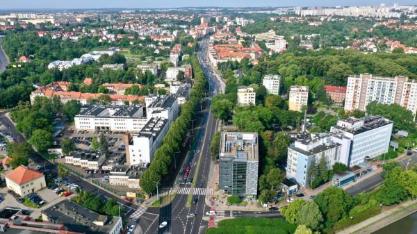 Początek ulicy Kartuskiej - skrzyżowanie Pohulanki (po lewej), Powstańców Warszawskich (po prawej) i Kartuskiej (na wprost); stąd droga biegnie na zachód.