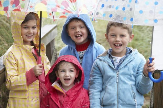"""Podobno """"w czasie deszczu dzieci się nudzą"""", jednak nie dajcie temu wiary i zabierzcie swoje smyki gdzieś, gdzie można spędzić czas w sposób wartościowy i ciekawy."""
