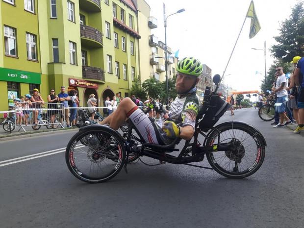 Mariusz Urbanek od 10. roku życia przechodzi rehabilitację na rowerze trójkołowym.