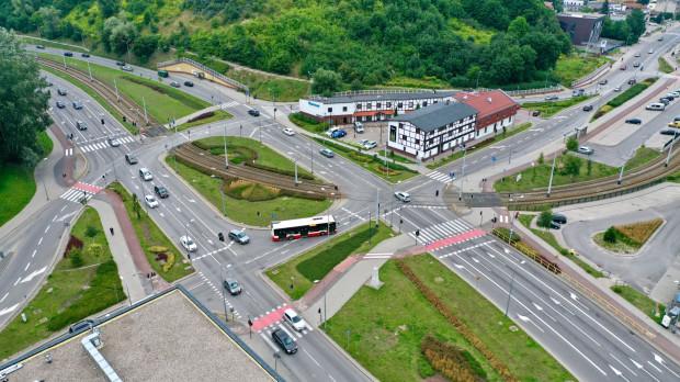 Zespół Młyna Emaus i skrzyżowanie Kartuska/Nowolipie/Łostowicka; prze środek biegnie linia tramwajowa na Morenę