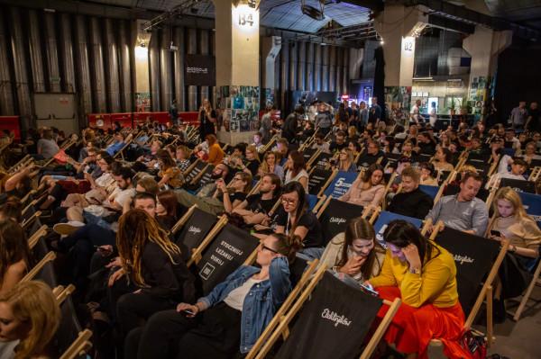 """Publiczność w B90 """"Pulp Fiction"""" mogła oglądać na trzech ekranach z unikalną oprawą lektorską, za którą odpowiadali Krystyna Czubówna i Tomasz Knapik. Bilety na seans rozeszły się w minutę, a w środku ciężko było znaleźć wolne miejsce na leżaku."""