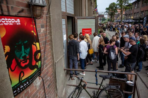 Ogromna kolejka przed wejściem do klubu B90 wypełniła całą ulicę Elektryków, a niektórzy, by dostać się do środka, musieli odstać dobre kilkadziesiąt minut.