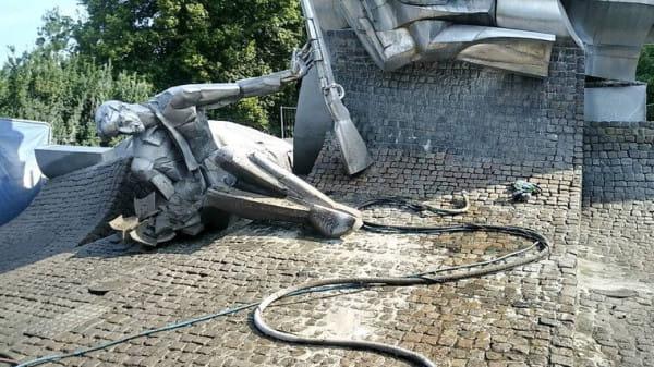 Pomnik zostanie oczyszczony dzięki zastosowaniu sody oczyszczonej.