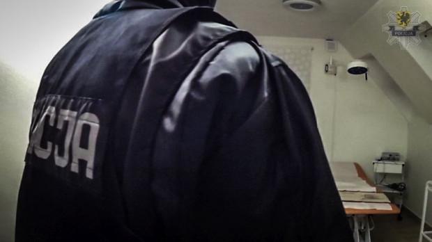 W gabinecie onkologa policjanci znaleźli m.in. ukrytą kamerę.