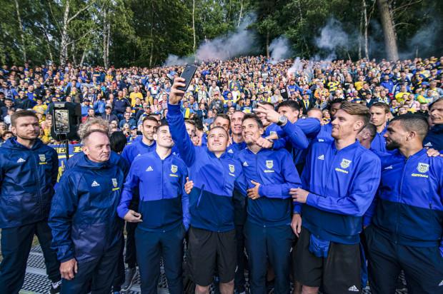 Michał Nalepa (w centrum zdjęcia) uważa, że jak Arka Gdynia na boisku tworzyć będzie drużynę, a nawet rodzinę, to będzie można nawiązać do sukcesów sprzed dwóch lat, gdy klub sięgnął m.in. po Puchar Polski i grał w eliminacjach Ligi Europy.