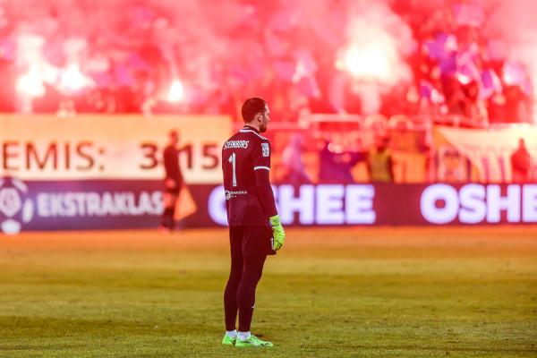 Pavels Steinbors 9 sierpnia zagra setny, oficjalny mecz w barwach Arki Gdynia i 85. spotkanie z rzędu w ekstraklasie. Klub został ukarany za nieodpowiedni transparent na trybunach.