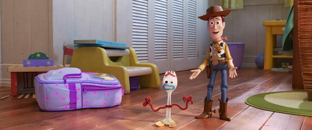 """W paczce Chudego i Buzza pojawia się niespodziewanie nowy towarzysz zabaw, Sztuciek. Problem w tym, że zrobiony własnoręcznie przez małą Bonnie nie czuje się zabawką i zdecydowanie nie jest do tej roli gotowy. A to tylko początek kolejnych zwariowanych przygód bohaterów czwartej części """"Toy Story""""."""
