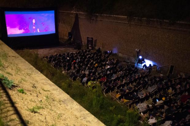 """Nocny pokaz zorganizowany na terenie Szańca Jezuickiego w Gdańsku okazał się kolejnym trafionym pomysłem organizatorów Octopus Film Festival. """"Mandy"""" obejrzał niemal komplet widzów."""