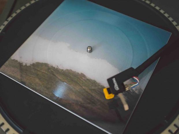 Marcin Dymiter znany jako Emiter, twórca nagrań terenowych, przygotował dźwiękową suitę morską, zarejestrowaną na brzegu Zatoki Gdańskiej. Picture-disc, przypominający dawne pocztówki dźwiękowe to audiowizualna nietypowa pamiątka znad morza.