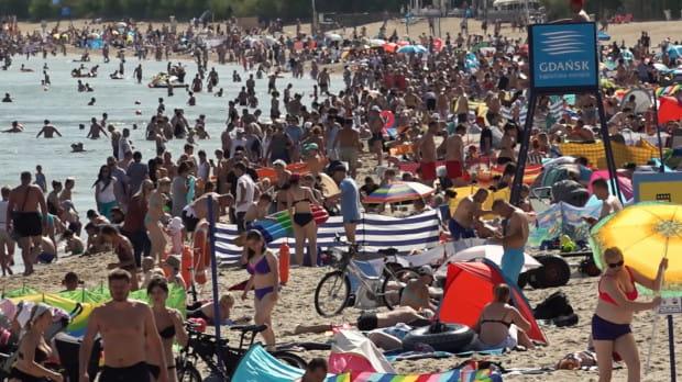 Plaża w Brzeźnie pęka w szwach. Z pięknej pogody korzystają tłumy osób.