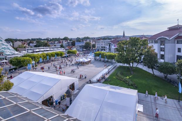 W centrum Literackiego Sopotu są oczywiście książki, więc Targi Książki czynne 15-18 sierpnia w godzinach 11-20 przyciągają mnóstwo złaknionych najnowszej, lżejszej i ambitniejszej literatury.