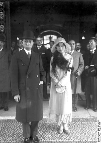 Brat cesarza Japonii, książę Takamatsu z żoną Kikuko. Zdjęcie zostało wykonane w Berlinie, w sierpniu 1930 r. - dwa miesiące przed wizytą książęcej pary w Gdańsku.