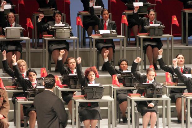 """Prapremiera opery """"Olga"""" odbyła się w Sao Paulo w 2006 roku (na zdjęciu scena z maszynami do pisania). Od października operę tę oglądać będzie można w Operze Bałtyckiej."""