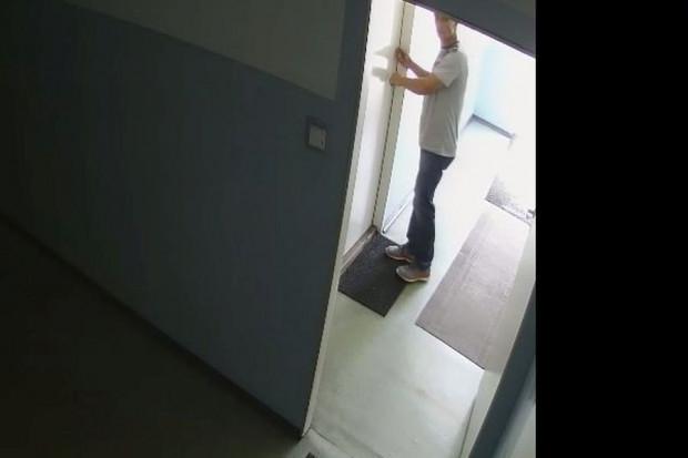 Mężczyzna, którego policja poszukuje w związku z włamaniem do jednego z gdańskich escape roomów.