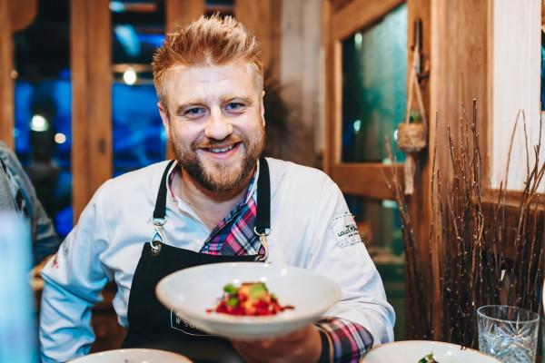 Tomasz Jakubiak stara się tworzyć domową atmosferę w swojej autorskiej restauracji Jakubiak w Sopocie.