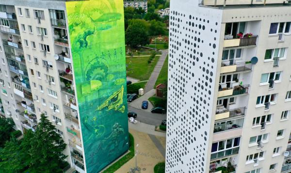 """Po lewej: Pilotów 10a, praca przedstawia nurka zanurzonego w bałtyckiej głębinie; po prawej Pilotów 8a - """"Kod Witkacego"""". Wzór został wygenerowany przez program komputerowy, jest to zakodowany binarnie cytat z Witkacego: """"Sztuka jest odrębnym światem, jest ostatecznym odbiciem jedności bytu""""."""