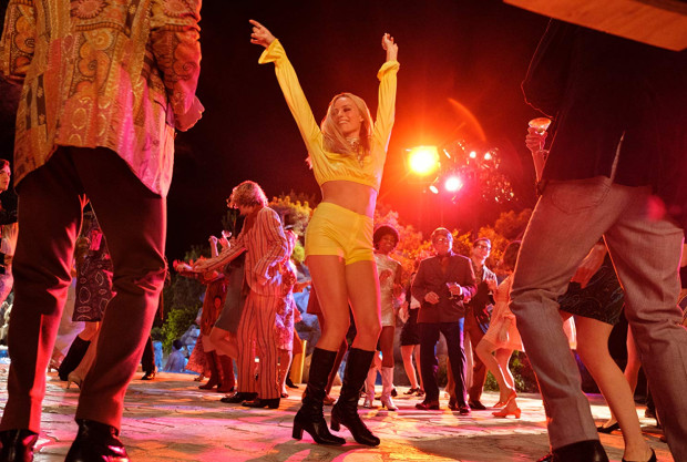O ile Dalton z Boothem reprezentują w filmie starsze pokolenie wypalonych już artystów, szukających choć epizodycznego angażu w serialach, o tyle urzekająca, pogodna i niewinna Sharon Tate (Margot Robbie) odważnym krokiem wstępuje dopiero na ścieżkę wielkiej kariery. Wraz z nią nadciąga też nowa era w Fabryce Snów.