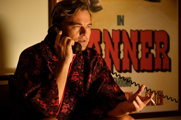 Tarantino w natłoku inscenizacyjnych pomysłów, przenikających się wzajemnie w filmie gatunków, niezliczonych wątków pobocznych zwyczajnie zaczyna się gubić, a to już zupełna nowość w przypadku takiego wirtuoza obrazu. Liczne tym razem niedociągnięcia, głównie w warstwie scenariuszowej, tuszują genialni aktorzy i kapitalne zakończenie - oba te elementy mocno zawyżają notę końcową.