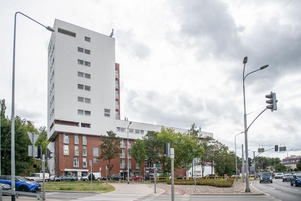 Mieszkańcy budynku przy ul. Partyzantów 72 sprzeciwiają się możliwości zabudowy terenów pocztowych w skali, na jaką zezwalają warunki zabudowy.