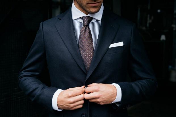 W męskiej, klasycznej garderobie coraz częściej goszczą egzotyczne tkaniny i skóry.