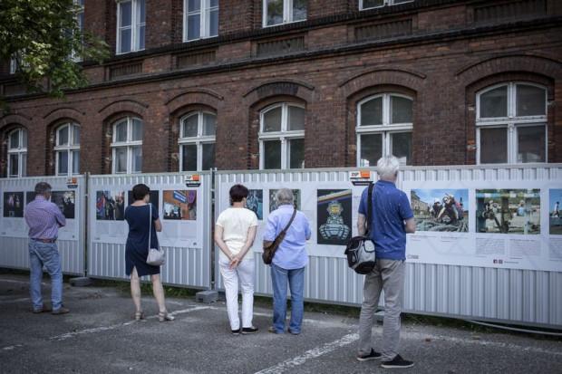Od czerwca na płocie wokół dyrekcji stoczni prezentowana jest wystawa zdjęć, dokumentujących powojenne losy Stoczni Gdańskiej.