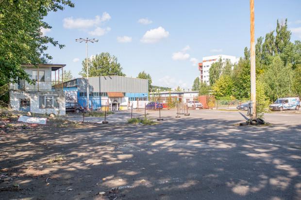 Teren Poczty Polskiej od strony ul. Zabytkowej, na którym planowana jest budowa budynków w ramach programu Mieszkanie Plus.