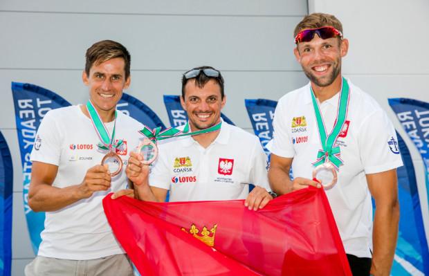 Żeglarze AZS AWFiS Gdańsk zajęli 3. pozycje w regatach przedolimpijskich w Japonii. Od lewej: Piotr Myszka (klasa RS:X) oraz Łukasz Przybytek i Paweł Kołodziński (49er).