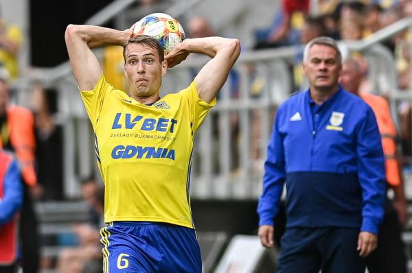 Jacek Zieliński z uwagą obserwował grę Fredrika Helstrupa, dla którego znalazł nową pozycję na lewej obronie.