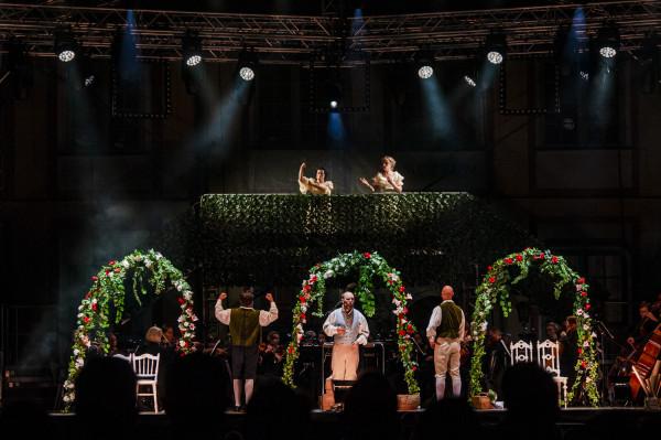Bardzo efektownie kwiatami przystrojono scenę, umieszczając akcję spektaklu w altanie i ogrodzie.