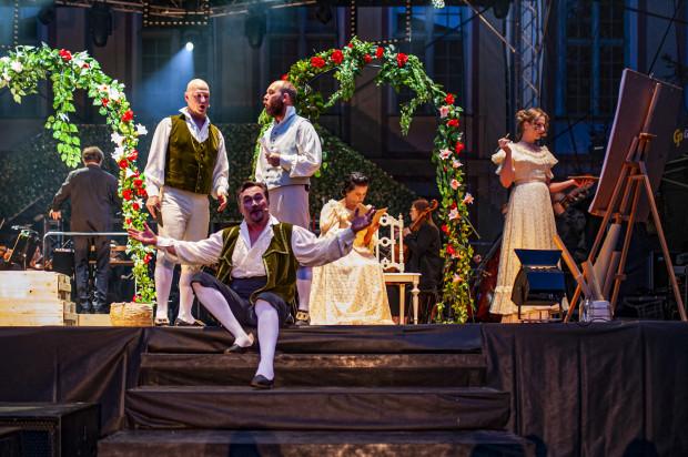 """Twórcy spektaklu operowego na Festiwalu Mozartowskim Mozartiana połaczyli dwa dzieła - """"Śluby panieńskie"""" i """"Così fan tutte""""."""