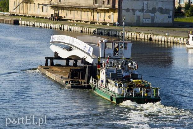 Obrotowy element kładki św. Ducha w czwartek wypłynął z Elbląga. Konstrukcja ma 50 m długości i waży 180 ton.