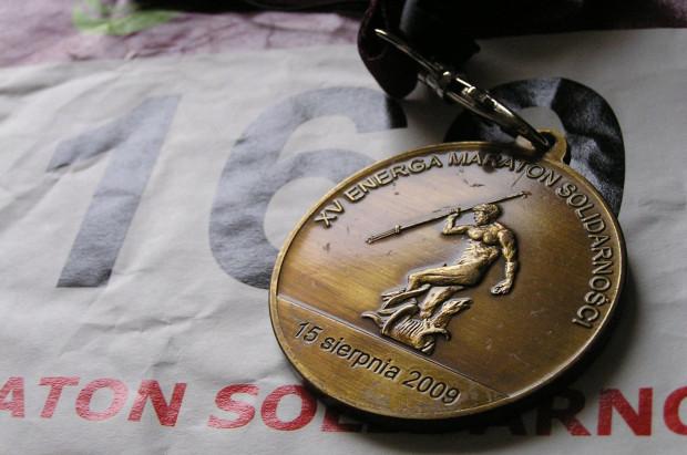 Medal i numer startowy z 2009 r.