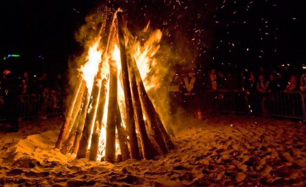 W tamtym roku CudaWianki zamknęło ognisko na plaży. Tym razem w programie jest akcja wypuszczenia do nieba lampionów.