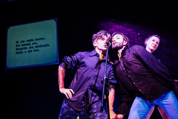 Głównym środkiem wyrazu w spektaklu Teatru Dada von Bzdulow jest śpiew. W ponurym, momentami upiornym karaoke każdy wyśpiewa swój pesymizm, lęki czy obawy. Na zdjęciu Leszek Bzdyl (po lewej) z Piotrem Stankiem i Katarzyną Chmielewską (z tyłu).