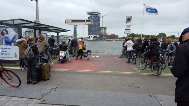Promy dowożące mieszkańców i turystów do centrum Amsterdamu kursują co kilka minut i są darmowe. To zachęca kierowców do pozostawiania swojego auta na obrzeżach ścisłego śródmieścia.