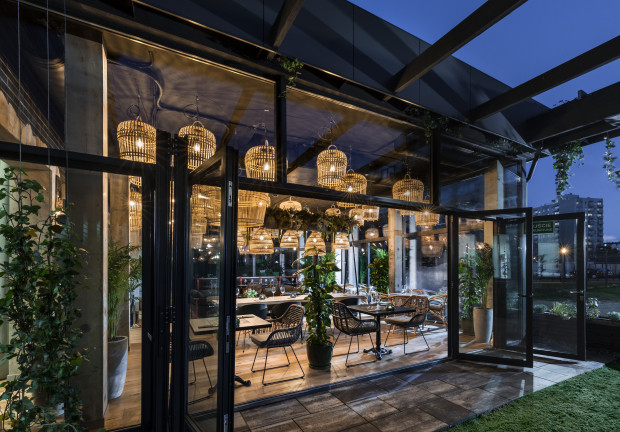 Ogród zimowy w Hotelu Sadova to część restauracji Papieroovka Cider Garden.