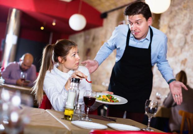 Wiedza o daniach i menu to podstawowa umiejętność kelnera. Niestety często zawodzi.