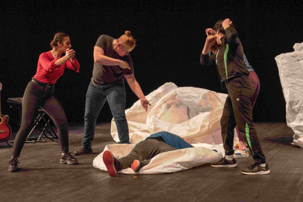 """Teatr Miniatura inauguruje sezon spektaklem gościnnym z Niemiec """"It was/n't"""" zespołu Das Letzte Kleinod z Schiffdorfu."""
