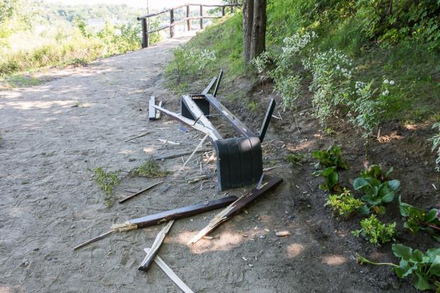 Zdewastowane ławki na punkcie widokowym na Biskupiej Górce.