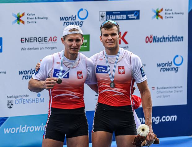 Mateusz Biskup (z prawej) po raz drugi w karierze stanął na podium mistrzostw świata w wioślarstwie, ale tym razem jego medal pójdzie na klubowo konto nie AZS AWFiS Gdańsk, ale Bydgostii.