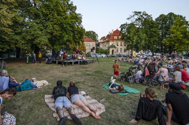 Koncert przyciągnął przede wszystkim rodziny, które spędziły dzień w parku, i okolicznych mieszkańców, zaintrygowanych muzyką dochodzącą z serca dzielnicy, choć frekwencja nie była imponująca. Szkoda, bo wydarzenie przebiegło w piknikowej i swobodnej atmosferze.