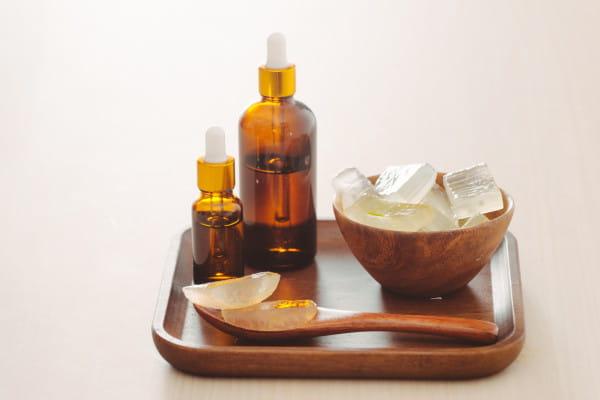 Wysokiej jakości oleje naturalne posiadają wiele zastosowań. W kosmetologii wykorzystywane są na różnych etapach pielęgnacji - zarówno do zabiegów twarzy, jak i ciała oraz masaży relaksacyjnych.