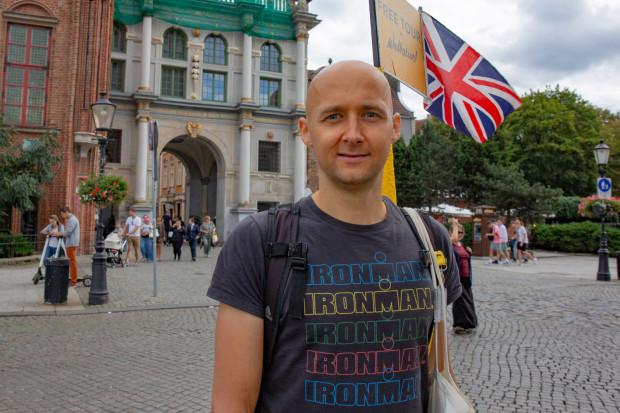 Marcin Okuniewski jest przewodnikiem, który od kilku lat oprowadza w języku angielskim turystów po Gdańsku.