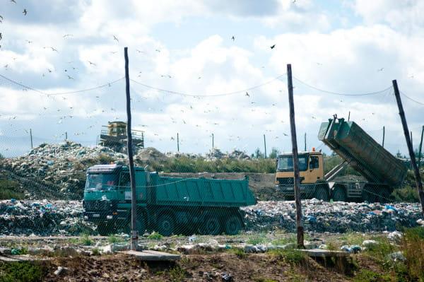 Fetory pochodzące z Szadółek znowu dają się we znaki mieszkańcom niektórych dzielnic Gdańska. Odpowiada za to większa niż zwykle ilość przyjmowanych odpadów biodegradowalnych, składowanych na terenie zakładu.