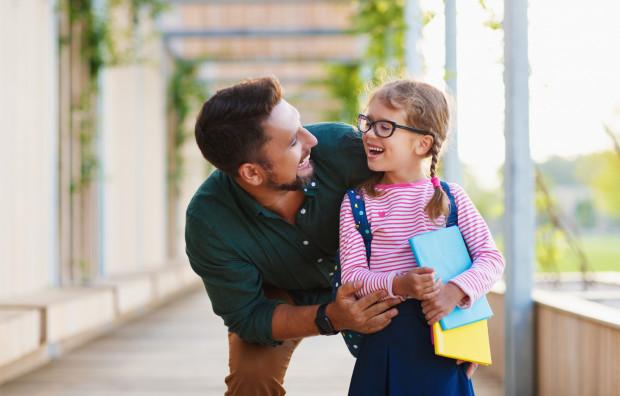 Warto poświęcić w pierwszych dniach lub tygodniach szkoły trochę więcej czasu na bycie z dzieckiem.