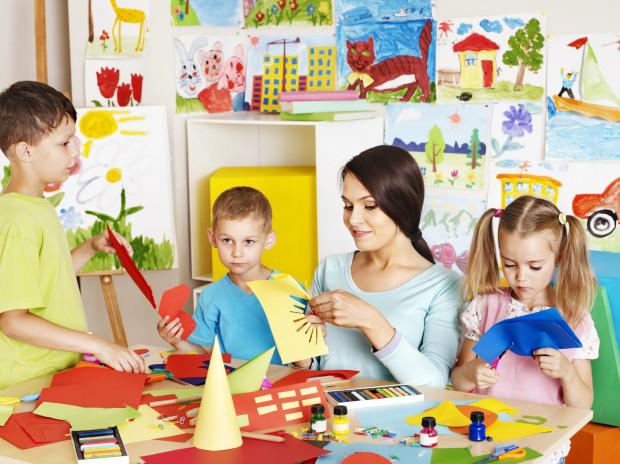 Dobrym rozwiązaniem jest rozpoczęcie przygody ze szkołą od zerówki szkolnej, bo tutaj dziecko ma dużo czasu na oswojenie się z nową rzeczywistością.