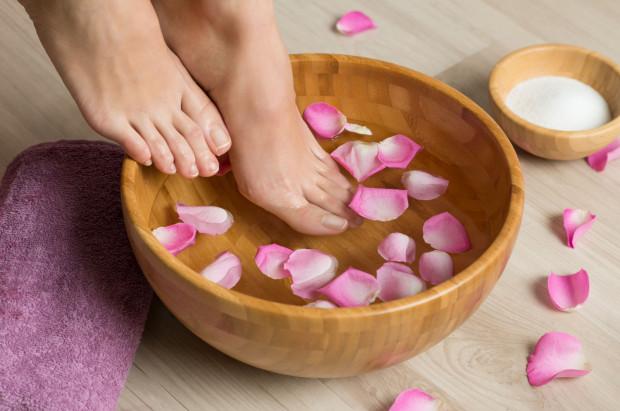Jeśli zdecydujemy się na kąpiel stóp, niezależnie od problemu warto dodać 5 kropli olejku lawendowego, który ma silne działanie antyseptyczne i nawilżające.
