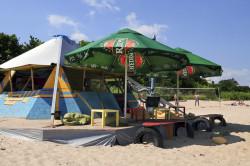 Nawet turyści, którzy korzystają z akademików podczas wakacji wolą imprezować nad morzem. Na przykład w klubie Aloha.